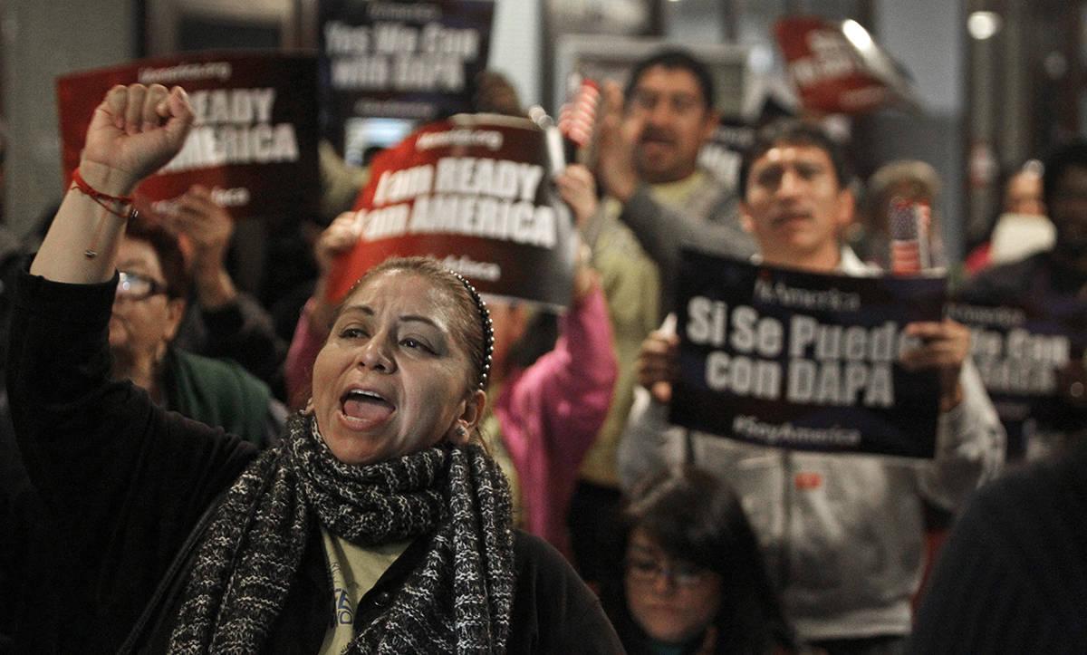 En esta fotografía de archivo del martes 17 de febrero de 2015, Mercedes Herrera y otros canta ...
