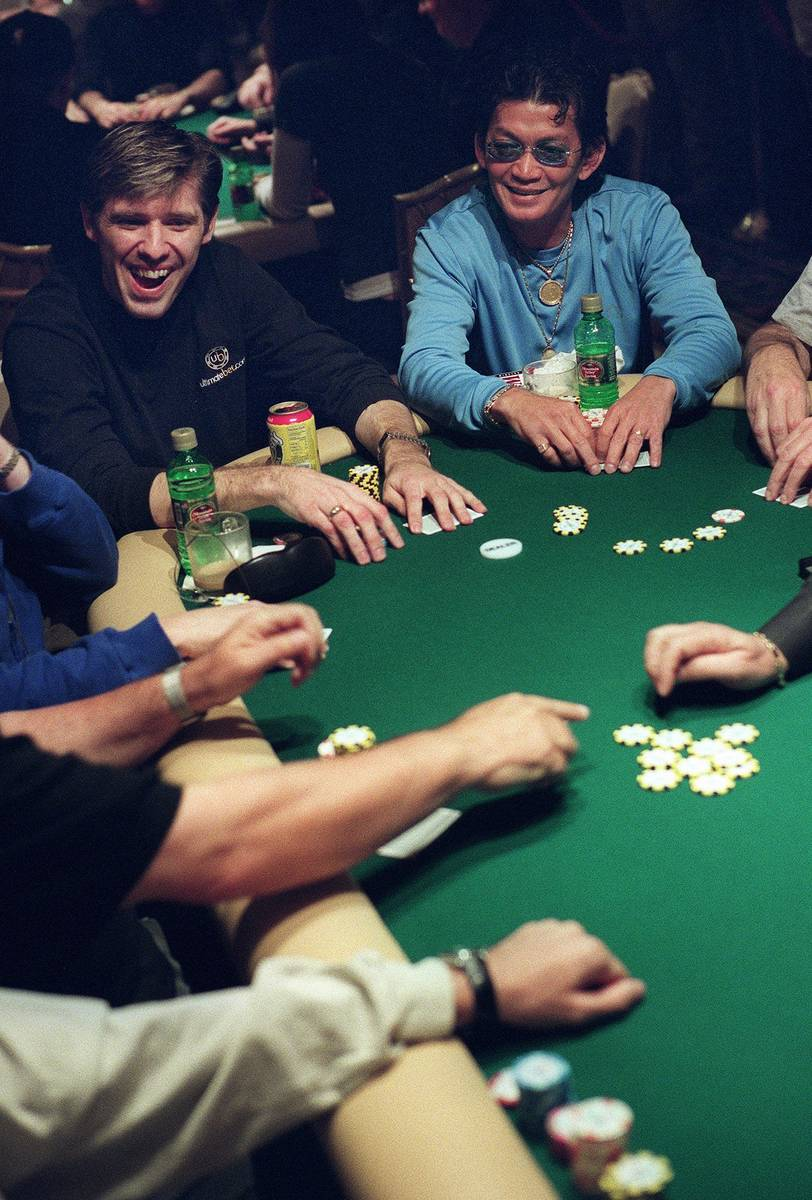 Scotty Nguyen, a la derecha, y Layne Flack sonríen mientras juegan durante el World Poker Tour ...