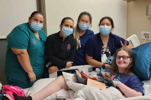 Emma Burkey con el personal del hospital en las instalaciones médicas de la Universidad de Lom ...