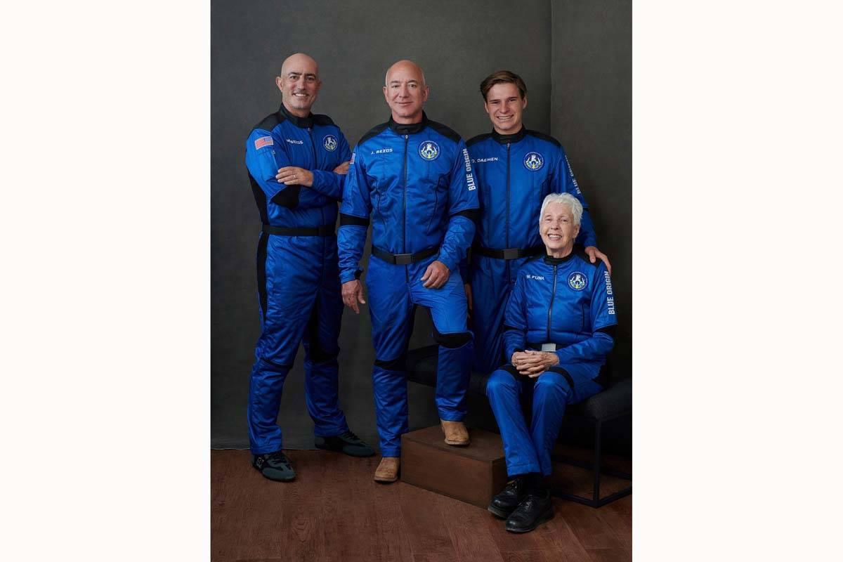 En esta foto facilitada por Blue Origin, de izquierda a derecha: Mark Bezos, hermano de Jeff Be ...
