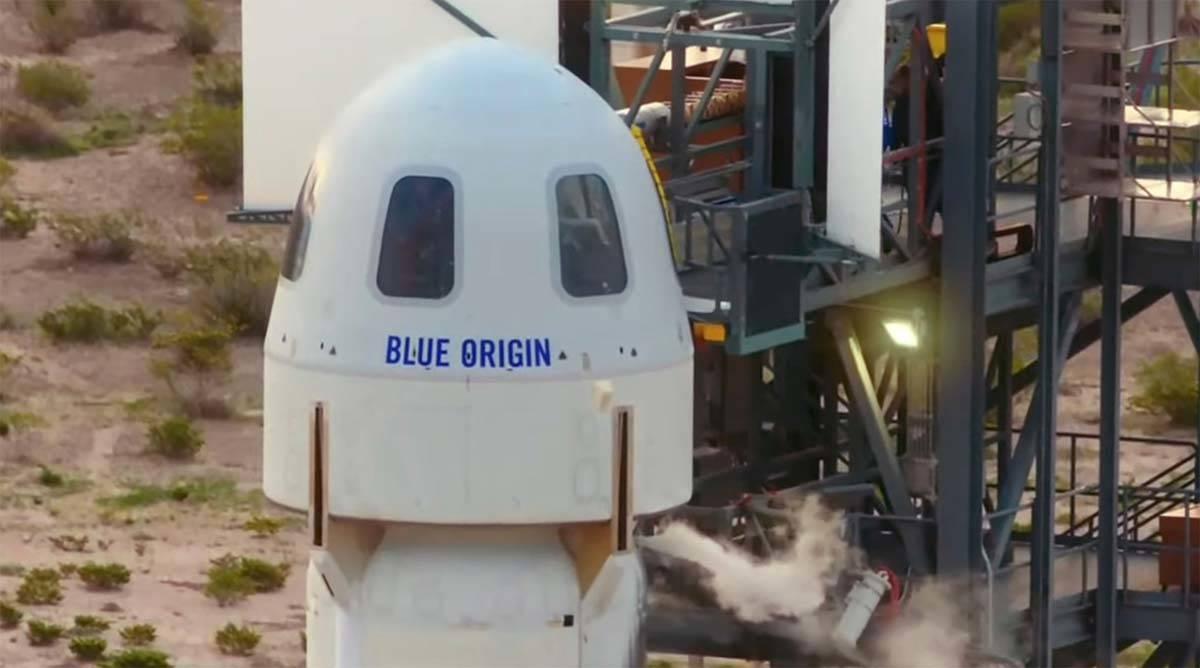 Los pasajeros del Blue Origin entran en la cápsula cerca de Van Horn, Texas, el martes 20 de j ...
