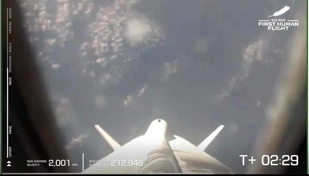 Esta foto proporcionada por Blue Origin, el cohete New Shepard de Blue Origin despega el martes ...
