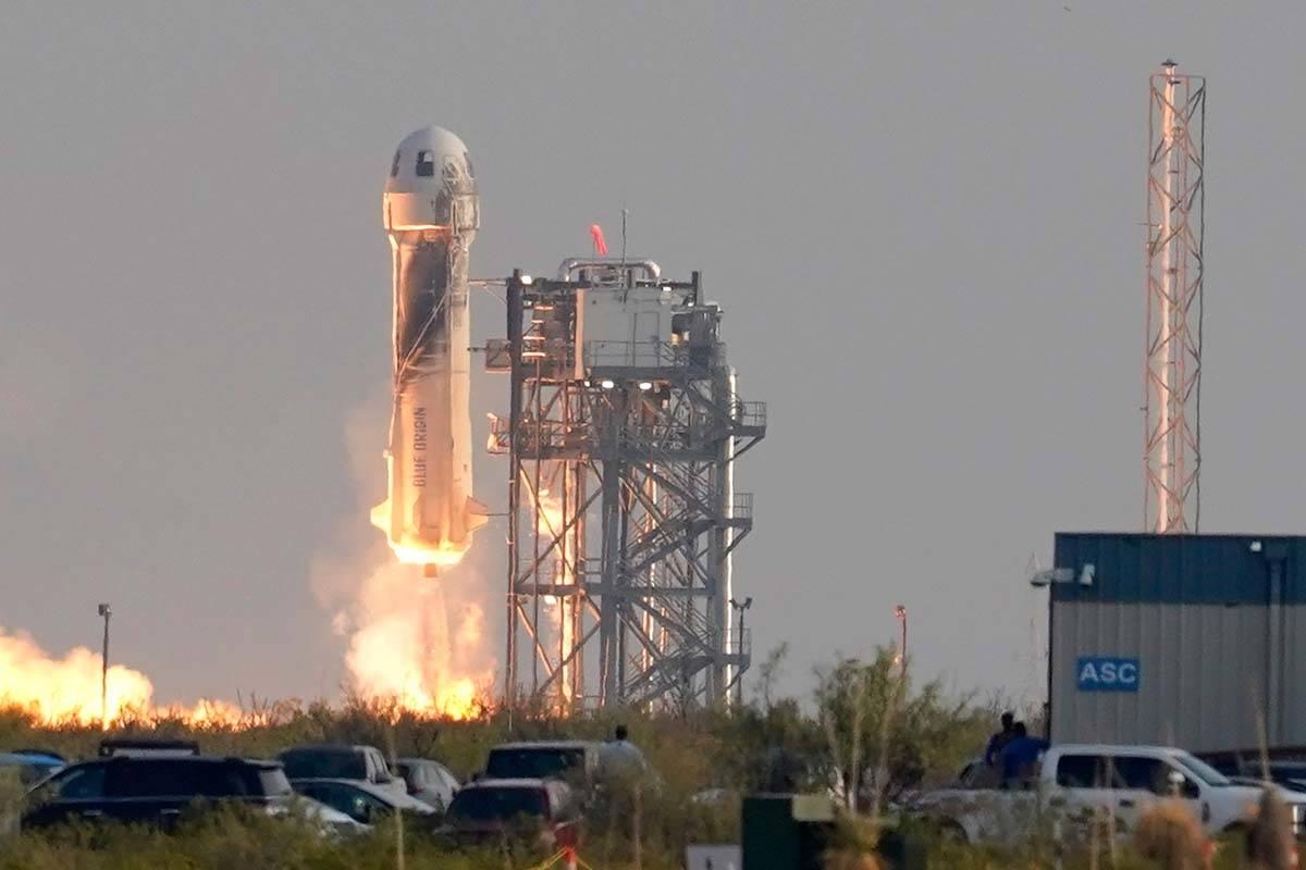 El cohete New Shepard de Blue Origin despega con los pasajeros Jeff Bezos, fundador de Amazon y ...