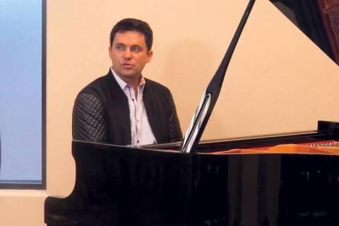 En esta foto de archivo, el artista Antonio Carnota interpreta una canción durante una reunió ...