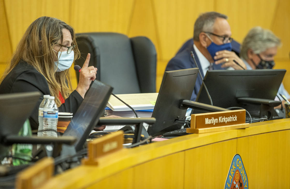 La presidenta de la Comisión del Condado Clark, Marilyn Kirkpatrick, a la izquierda, instruye ...