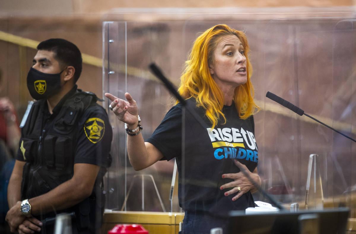 Stephanie Kinsley habla durante una reunión de la Comisión del Condado Clark para discutir la ...