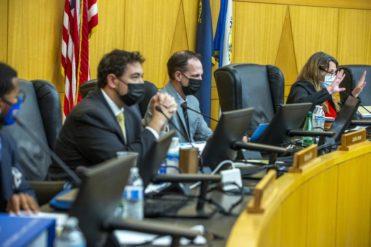 La presidenta de la Comisión del Condado Clark, Marilyn Kirkpatrick, a la derecha, instruye a ...