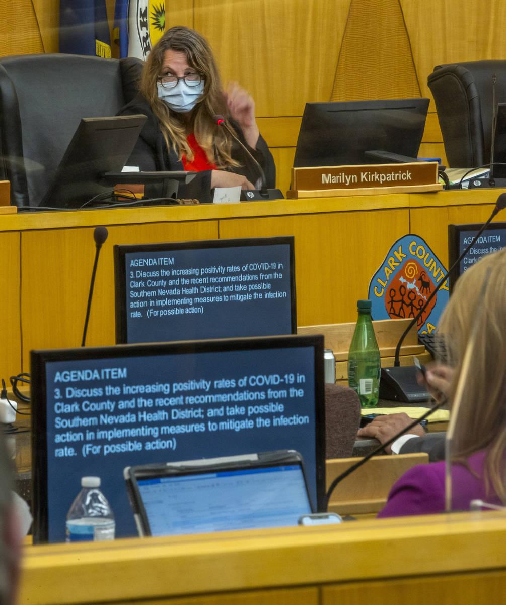 La presidenta de la Comisión del Condado Clark, Marilyn Kirkpatrick durante una reunión de la ...