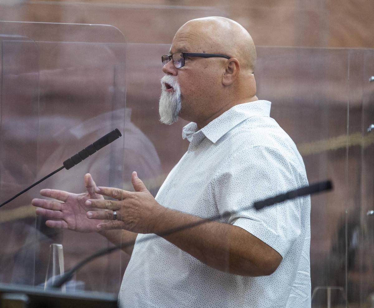 El propietario de un pequeño negocio, Dave Crete, habla durante una reunión de la Comisión d ...