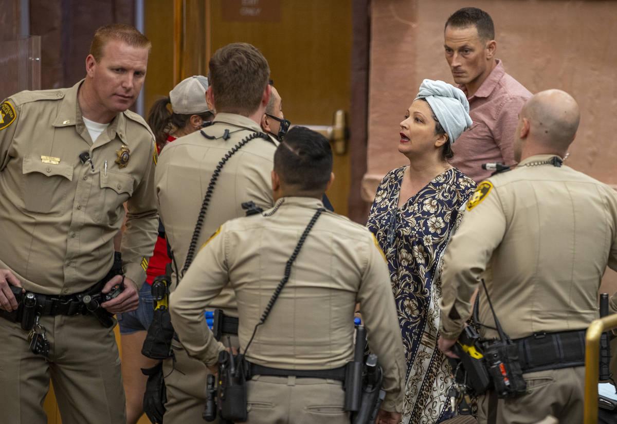Oficiales escoltan a Katrin Ivanoff de la reunión de la Comisión del Condado Clark por los ar ...
