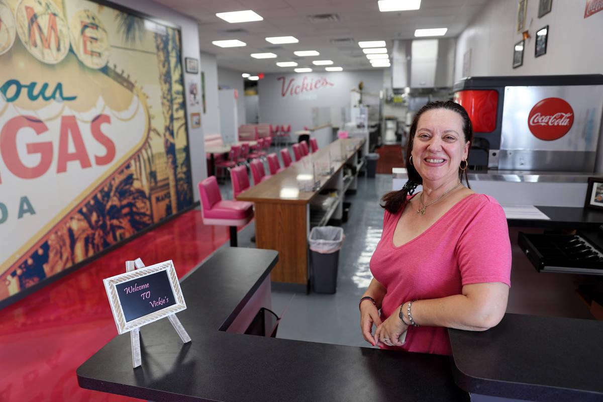 La dueña de Vickie's Diner, Vickie Kelesis, en su nueva ubicación en Commercial Center en 953 ...