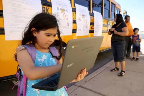 En esta foto de archivo, Paula Santana, de siete años, trabaja en su tarea con Wi-Fi del Distr ...