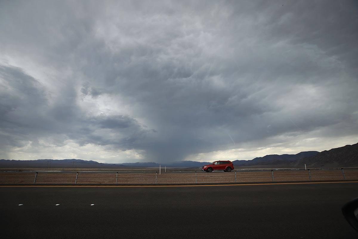 Un coche circula por la U.S. Route 93 cerca de Boulder City, el miércoles 21 de julio de 2021, ...