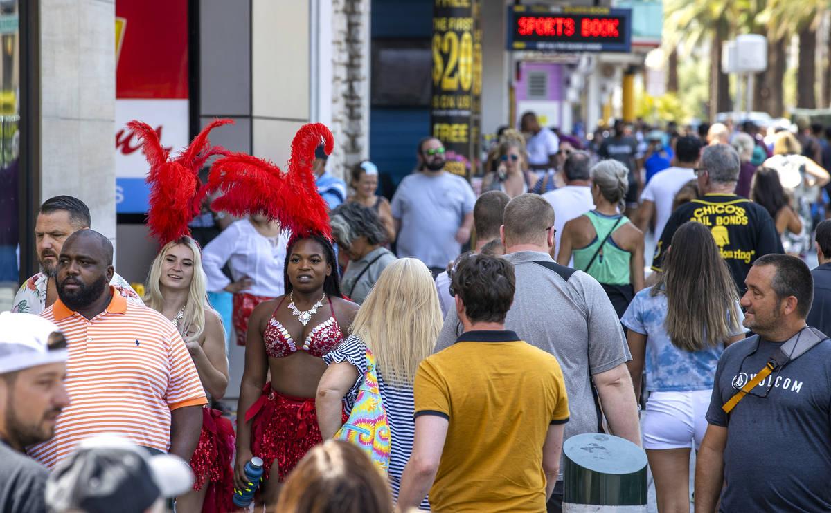 Gente camina por el Strip cerca de Venetian, la mayoría sin cubrebocas, el viernes 16 de julio ...