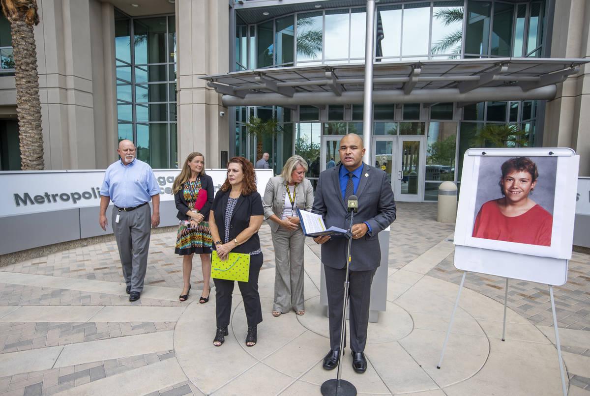 El teniente de homicidios Ray Spencer, al centro, dirige una conferencia de prensa junto a una ...