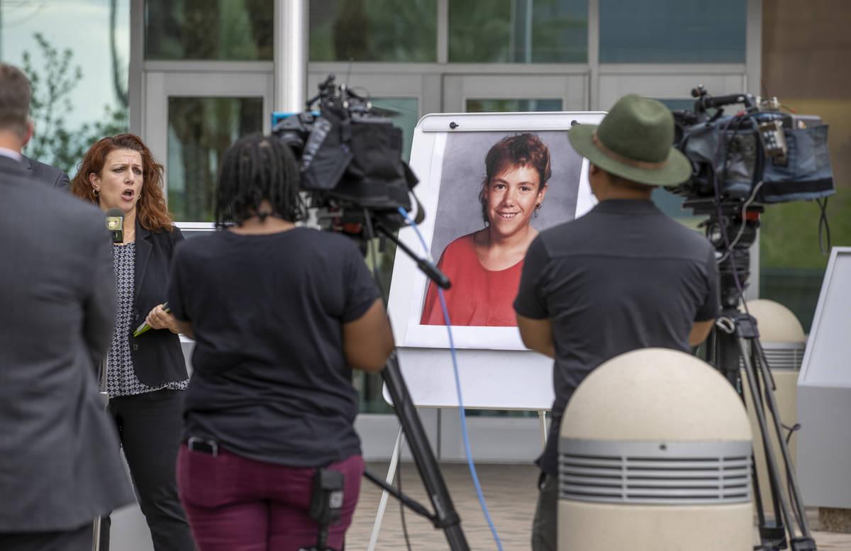 La directora forense, Kim Murga, habla durante una conferencia de prensa mientras los detective ...