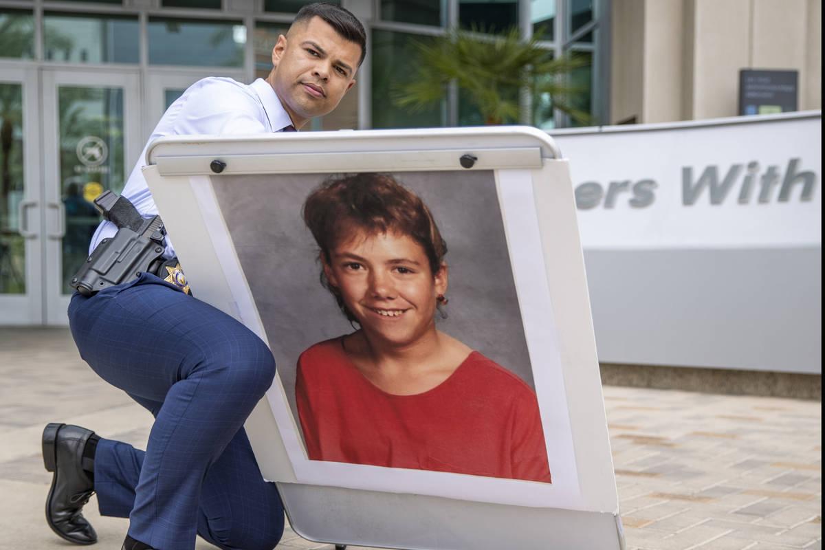 El oficial Luis Vidal erige una foto de Stephanie Ann Issacson, de 14 años, mientras los detec ...