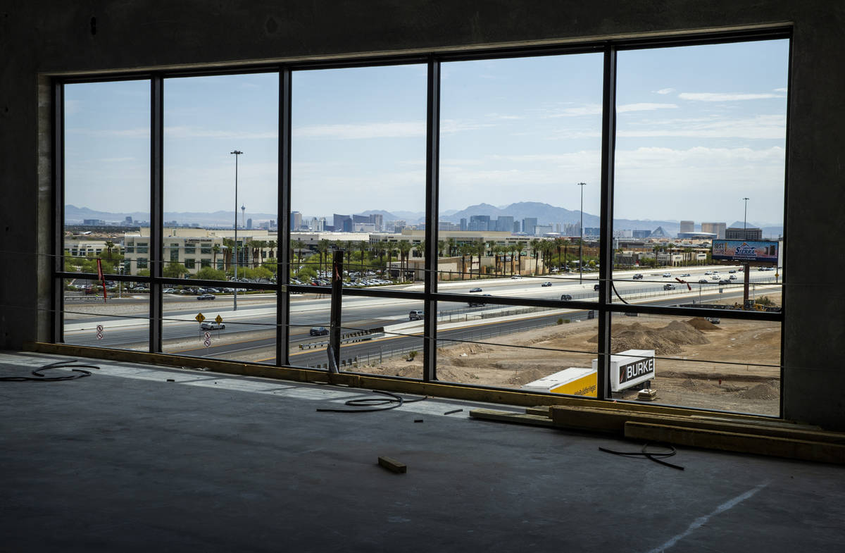 Una vista del horizonte de Las Vegas, incluyendo el Strip en la parte superior del edificio de ...