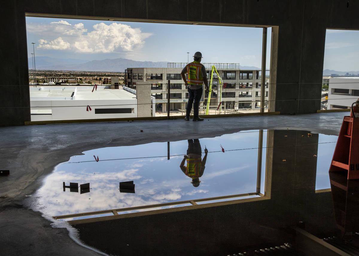 Una vista del horizonte de Las Vegas en la parte superior del edificio de oficinas #1 en un pis ...