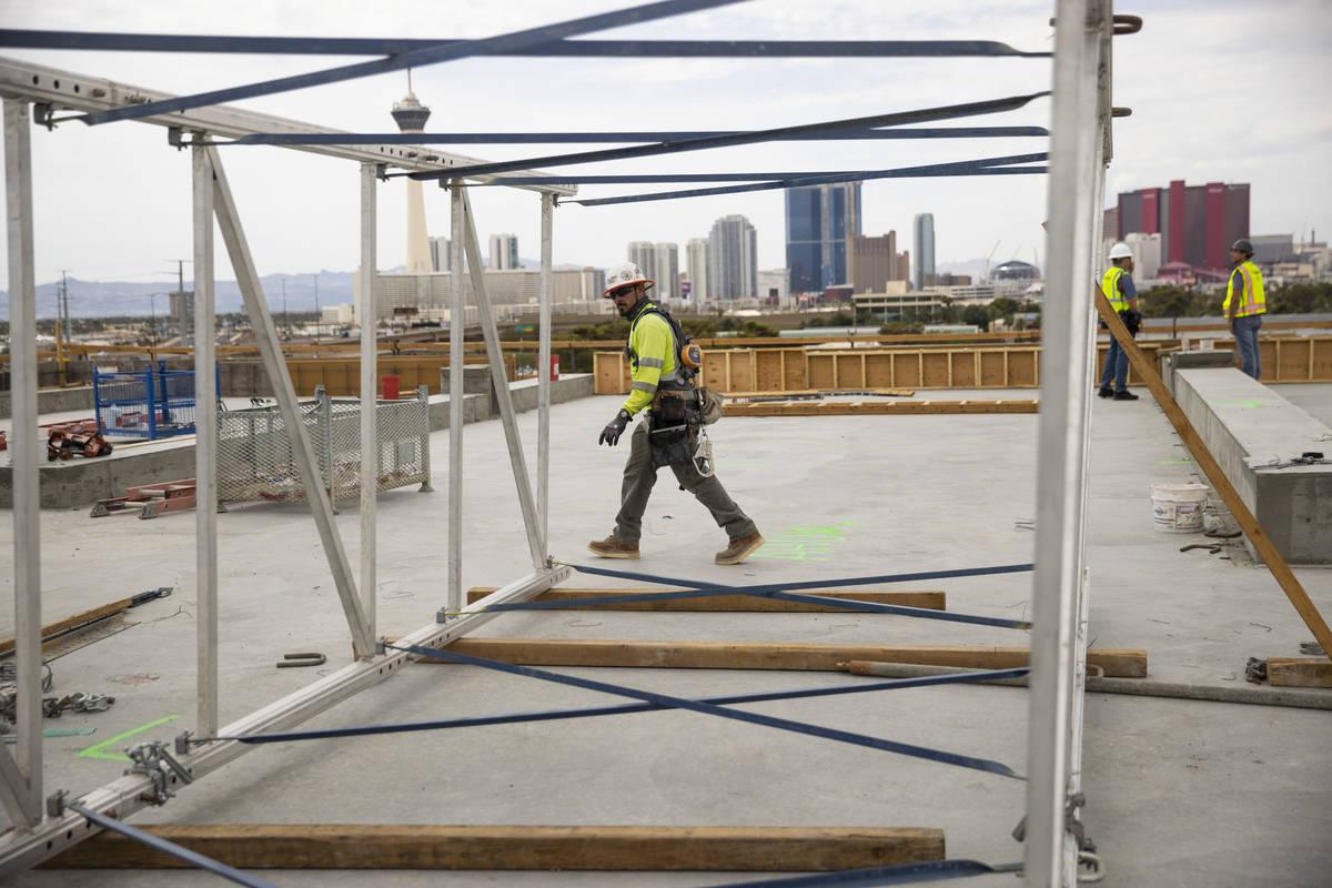 El carpintero Herminio Serna trabaja en la azotea del edificio de la Kirk Kerkorian School of M ...
