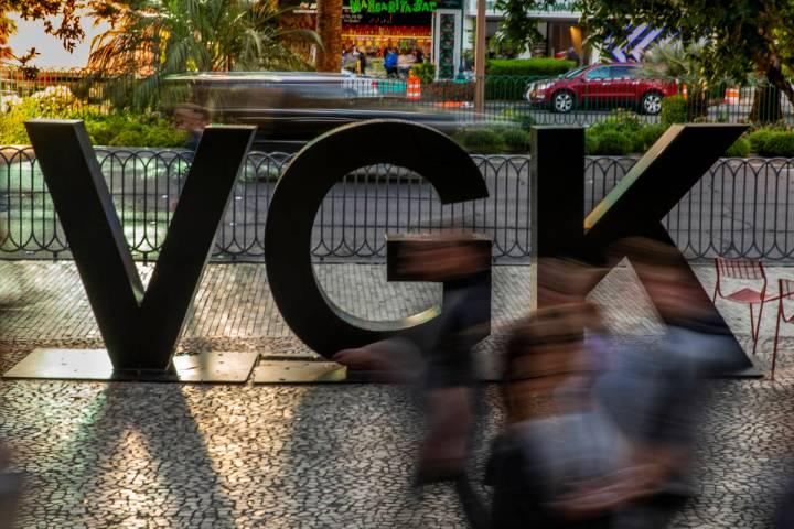Fans fluyen junto a un logo de VGK en Las Vegas Blvd. antes del inicio del Juego 4 de una serie ...