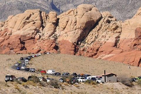 En esta foto de archivo, vehículos estacionados a lo largo de Red Rock Loop Road en un día aj ...