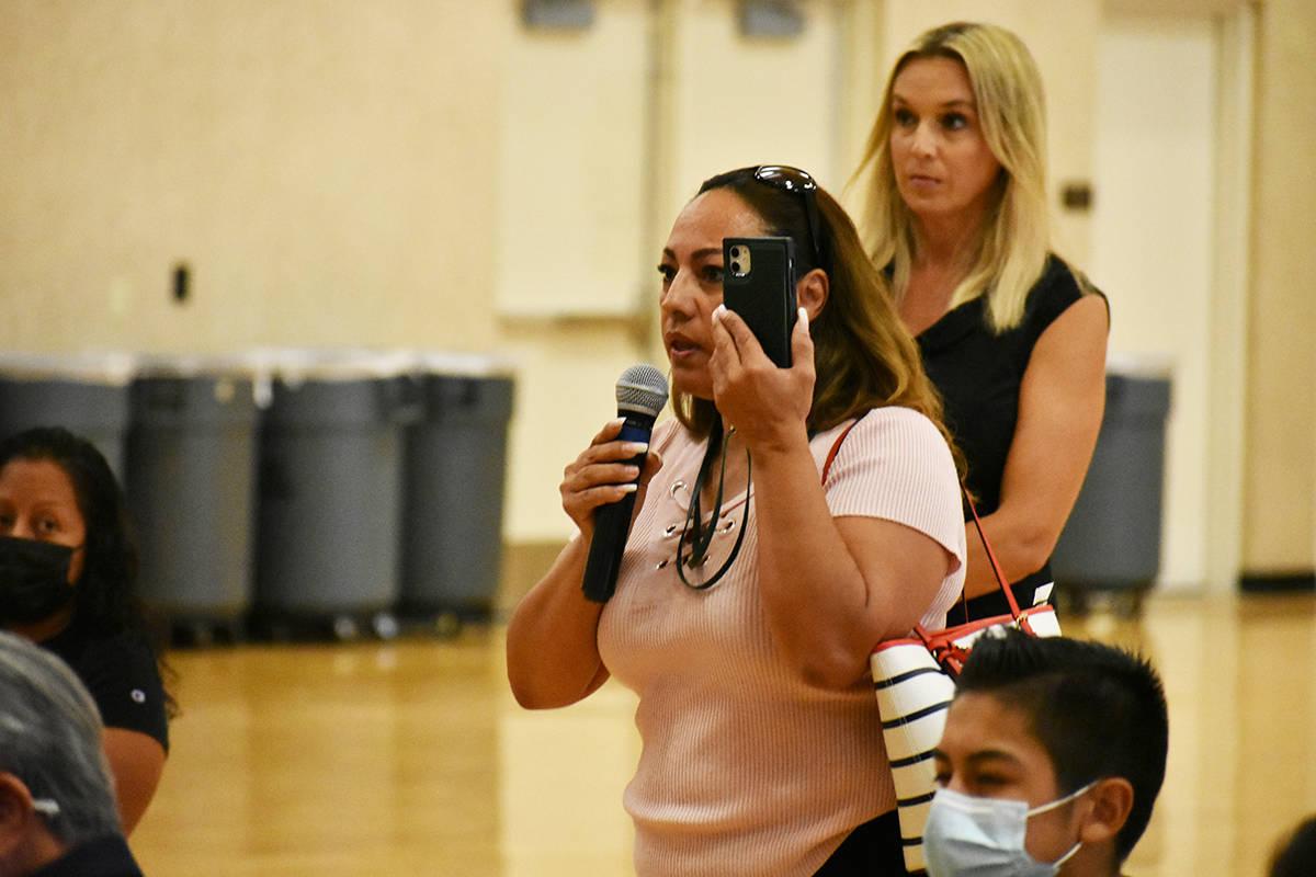 La señora María Reyes realizó varias preguntas durante una reunión comunitaria sobre Global ...