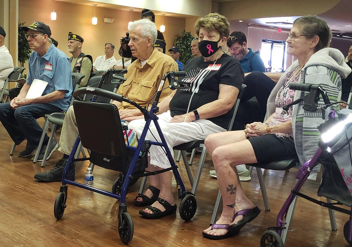 """Beneficiarios del programa de Walker Furniture """"Help for Heroes"""". Desde la izquierda: Patri ..."""