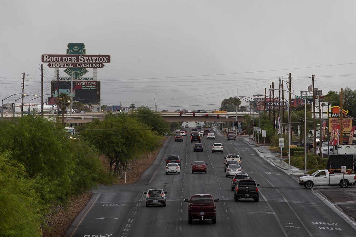 El tráfico se mueve en Boulder Highwayr con cielos tormentosos de fondo el jueves 22 de julio ...