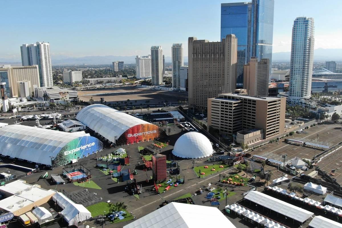 Vista aérea del recinto Las Vegas Festival Grounds en la esquina de Sahara y Las Vegas Bouleva ...