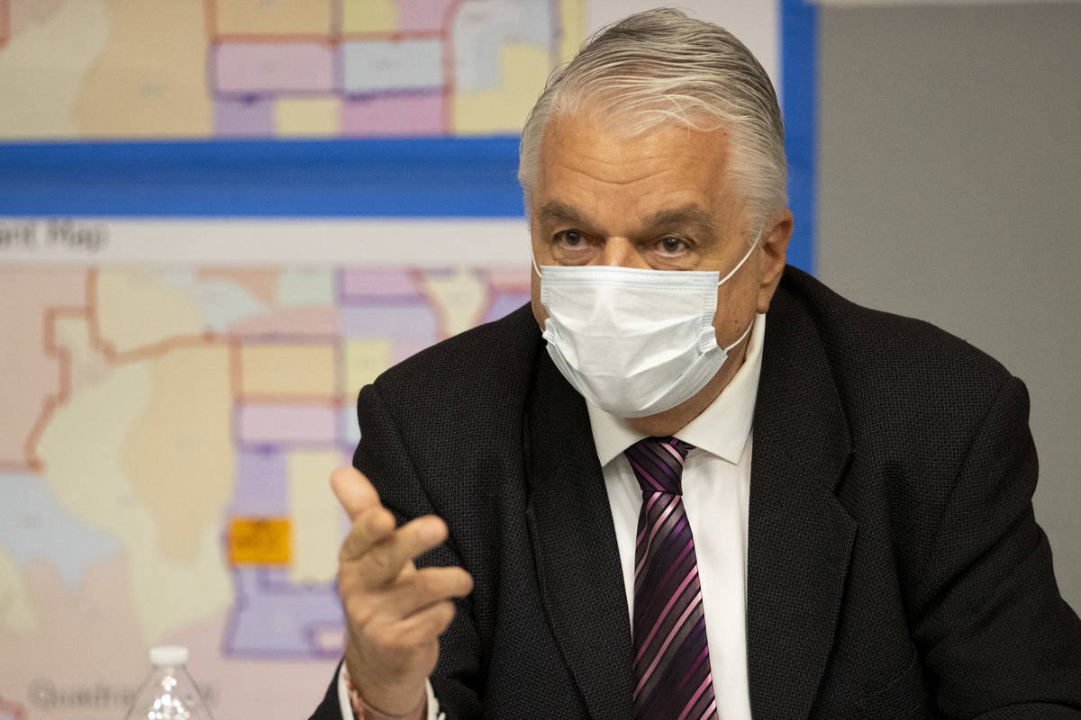 El gobernador de Nevada, Steve Sisolak, habla durante una reunión informativa sobre la oleada ...