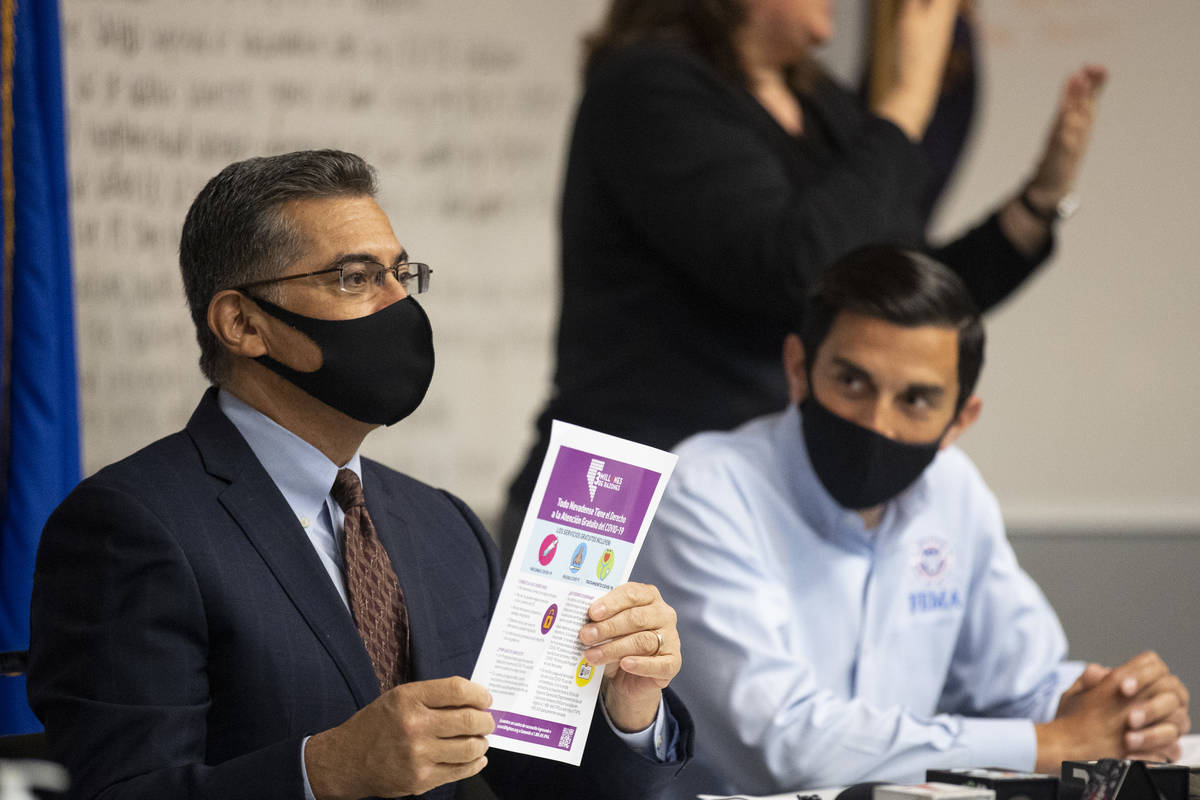 El secretario de Salud y Servicios Humanos de Estados Unidos, Xavier Becerra, a la izquierda, c ...