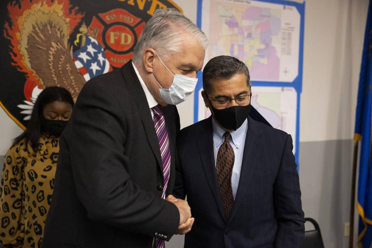 El gobernador de Nevada, Steve Sisolak, a la izquierda, y el secretario de Salud y Servicios Hu ...