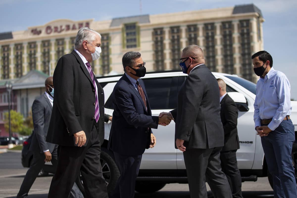 El gobernador de Nevada, Steve Sisolak, de izquierda a derecha, el secretario de Salud y Servic ...