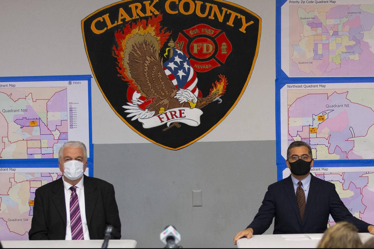 El gobernador de Nevada, Steve Sisolak, y el secretario de Salud y Servicios Humanos de Estados ...
