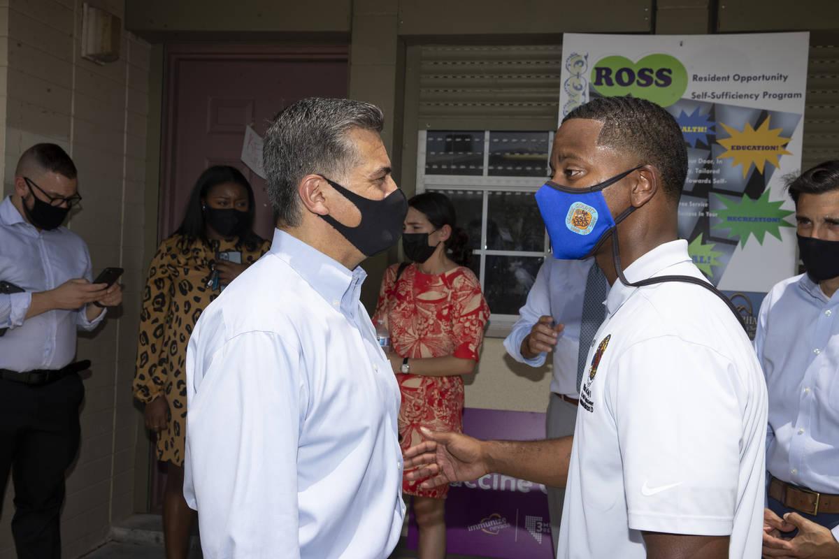 El secretario de Salud y Servicios Humanos, Xavier Becerra, a la izquierda, y el comisionado de ...