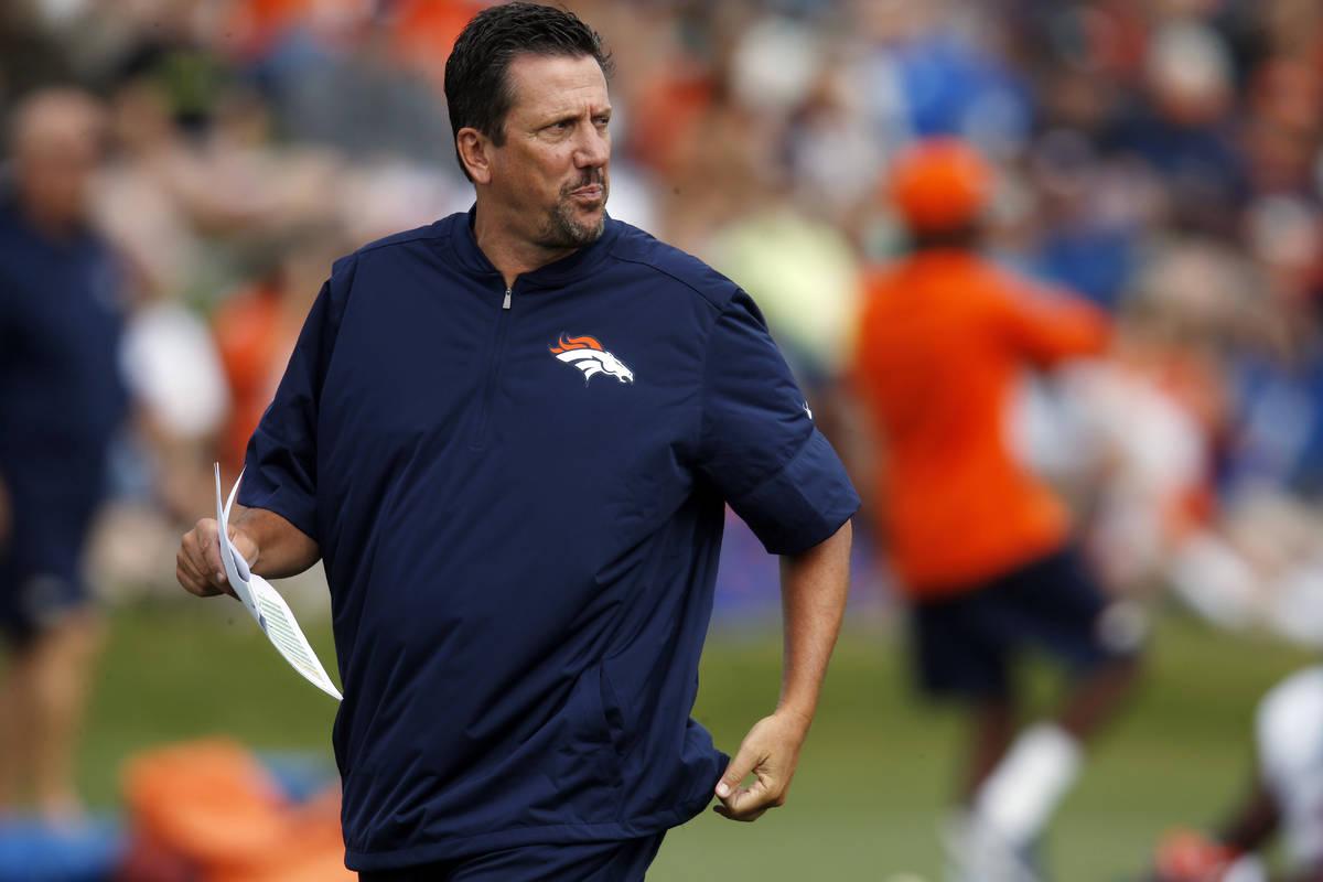 En esta foto de archivo del 4 de agosto de 2016, el entrenador de quarterbacks de los Broncos d ...