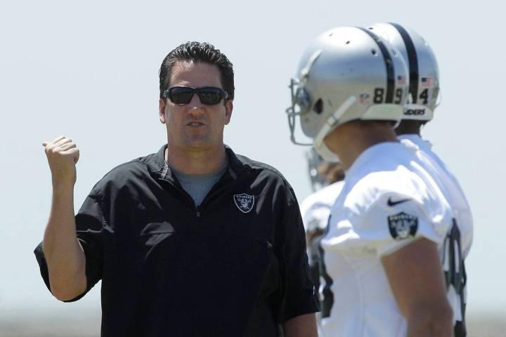 El coordinador ofensivo de los Oakland Raiders, Greg Knapp, a la izquierda, habla con los jugad ...