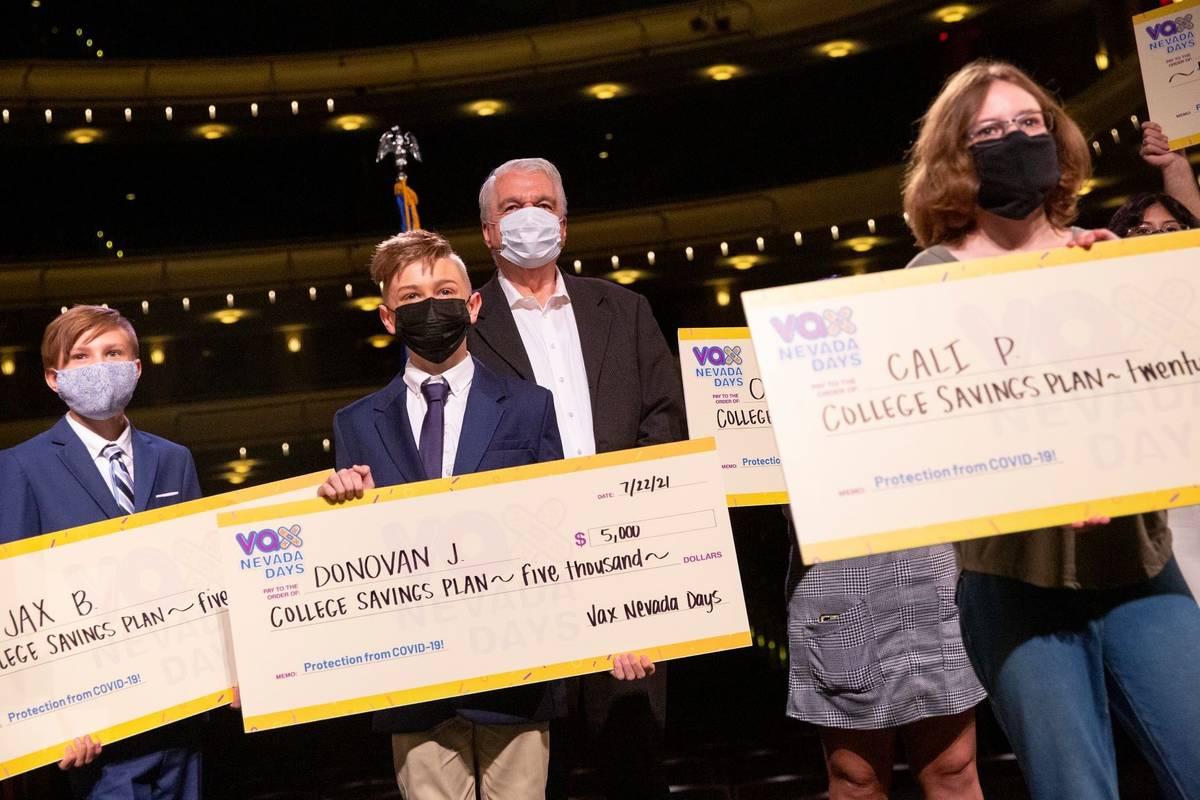 El gobernador Steve Sisolak, al centro, posa para una foto con los ganadores de la tercera rond ...