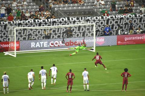 Bassam Al Rawi anota el tercer gol de Catar mediante un tiro penal que el portero de El Salvado ...