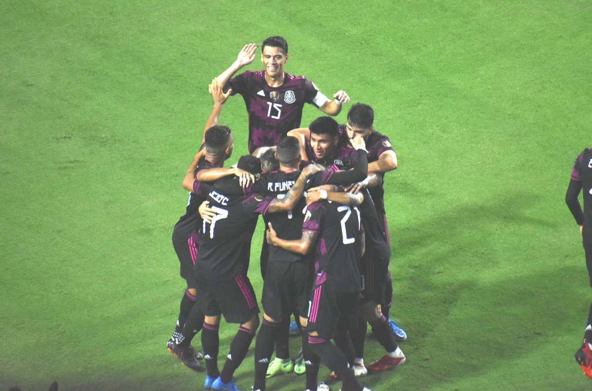 Jugadores de la Selección de México celebran un gol anotado por Rogelio Funes Mori (11) duran ...