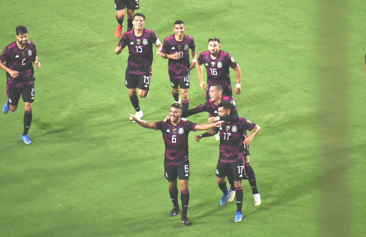 Jugadores de la Selección de México celebran un gol anotado por Jonathan Dos Santos (6) duran ...