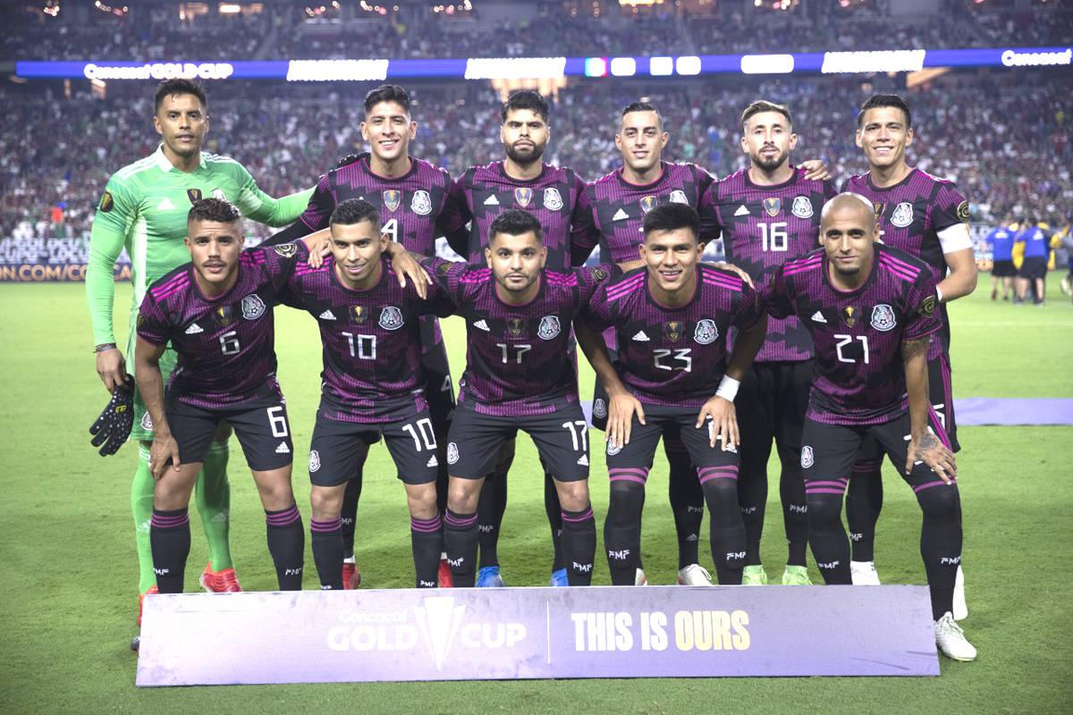 Los jugadores de la Selección de México posan para la foto oficial previo a su juego de Cuart ...