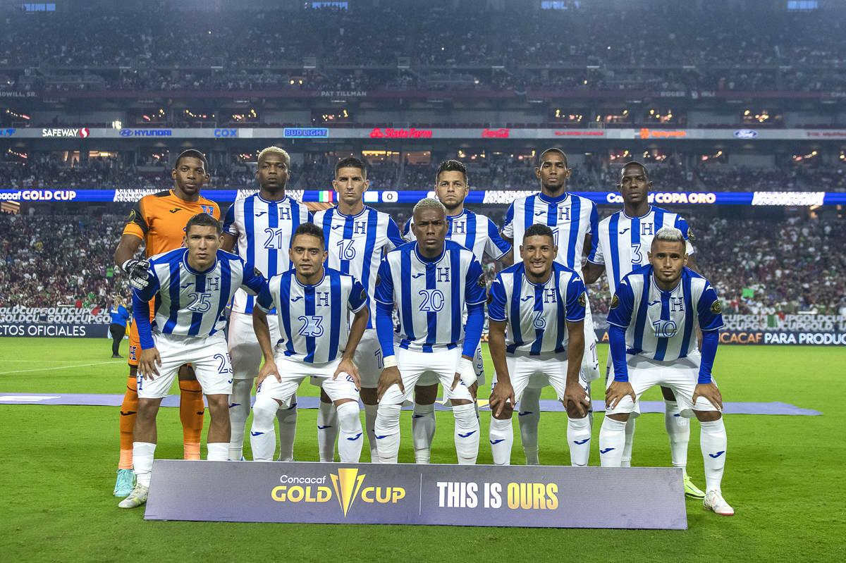 Los jugadores de la Selección de Honduras posan para la foto oficial previo a su juego de Cuar ...