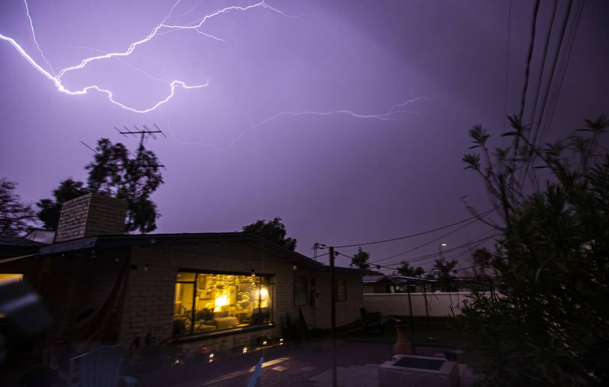 Un rayo ilumina el vecindario de Huntridge en Las Vegas el domingo 25 de julio de 2021. (Chase ...