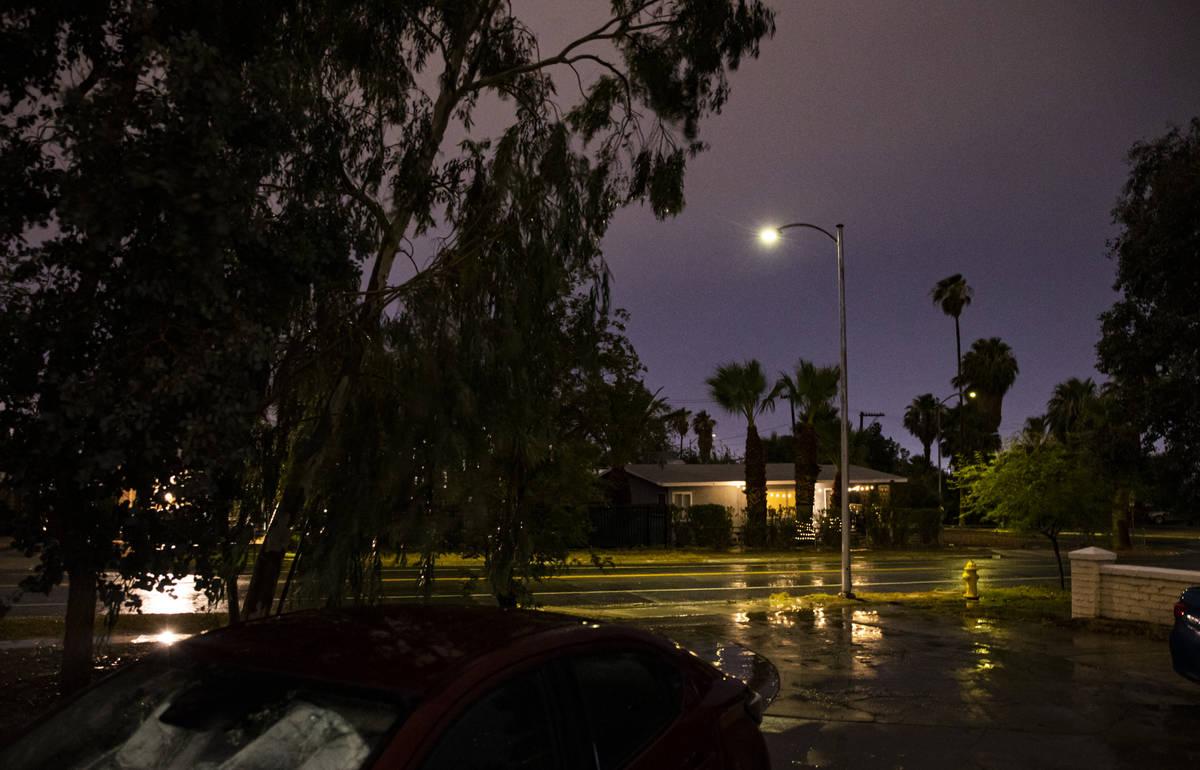 Lluvia fuerte cae el vecindario de Huntridge en Las Vegas el domingo 25 de julio de 2021. (Chas ...