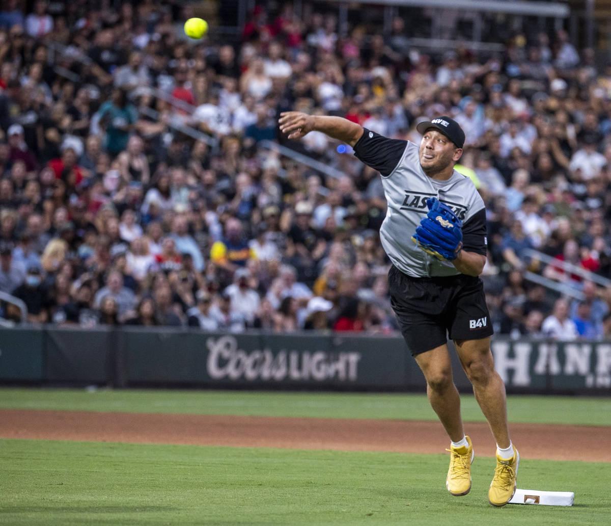 Alec Ingold (45) de Las Vegas Raiders lanza la pelota durante un partido de softball para la ca ...
