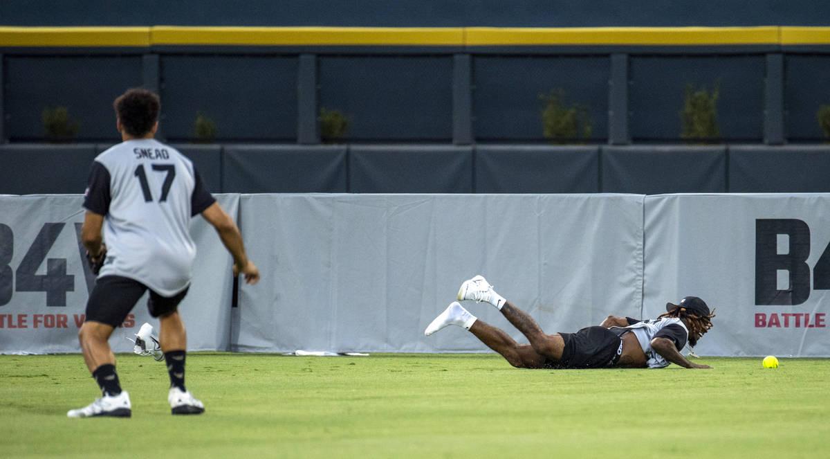 Damon Arnette (20, derecha) de los Raiders de Las Vegas, falla una fly ball larga mientras su c ...