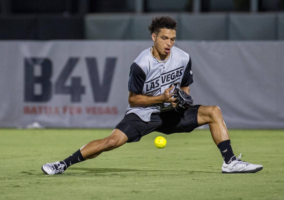 El jugador de los Raiders de Las Vegas, Willie Snead IV (17), pierde una bola volante durante u ...