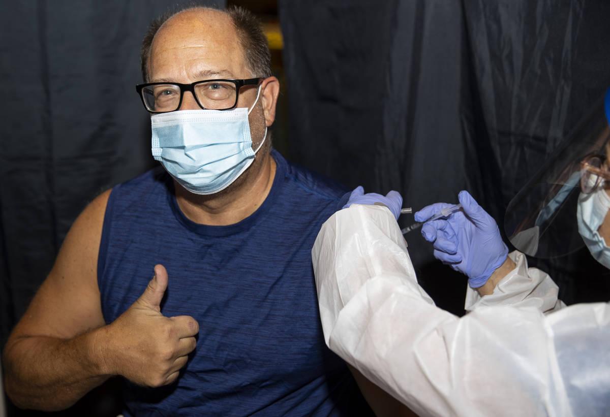 Robert Opalewski, de Henderson, es vacunado en la clínica de vacunación #VivaVaxVegas en Jimm ...